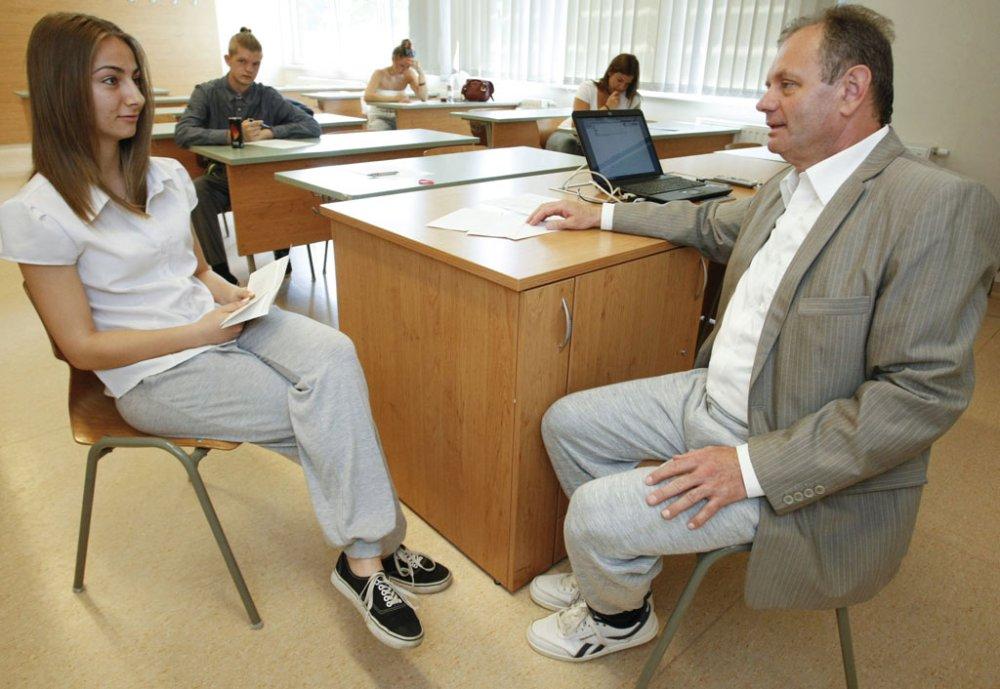 Túróczi Imre rektor mackónadrágban vizsgáztat egy szintén ilyen nadrágot viselő hallgatót a Szolnoki Főiskolán 2016. június 22-én. Az intézményben többen is a Menj Ma Mackóban Melózni Mozgalom felhívására öltöztek így. MTI Fotó: Bugány János.