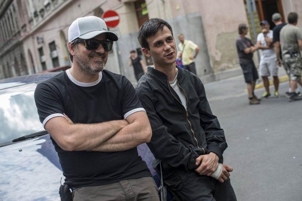 Mundruczó Kornél rendező (b) és az Aryaan Dervishi szerepét alakító Jéger Zsombor a rendező Felesleges ember című filmjének forgatásán a fővárosi Murányi utcában 2016. július 26-án. MTI Fotó: Kallos Bea