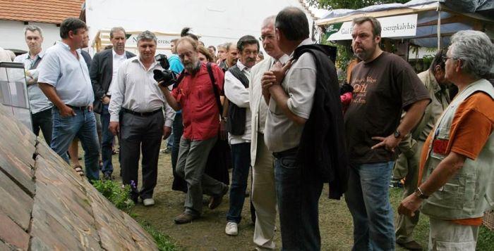 A Művészetek Völgyében 2011-ben. A jobb szélen Márta István, mellette L. Simon László. Középütt, Galkó Balázs mellett az azóta elhunyt fotós, Kassay Róbert (forrás: Facebook)