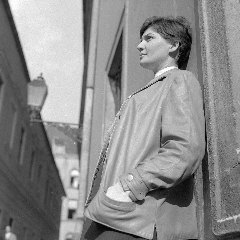Bara Margit 1964-ben a Dárda utcában, szemben az országház utca. Forrás: Fortepan.