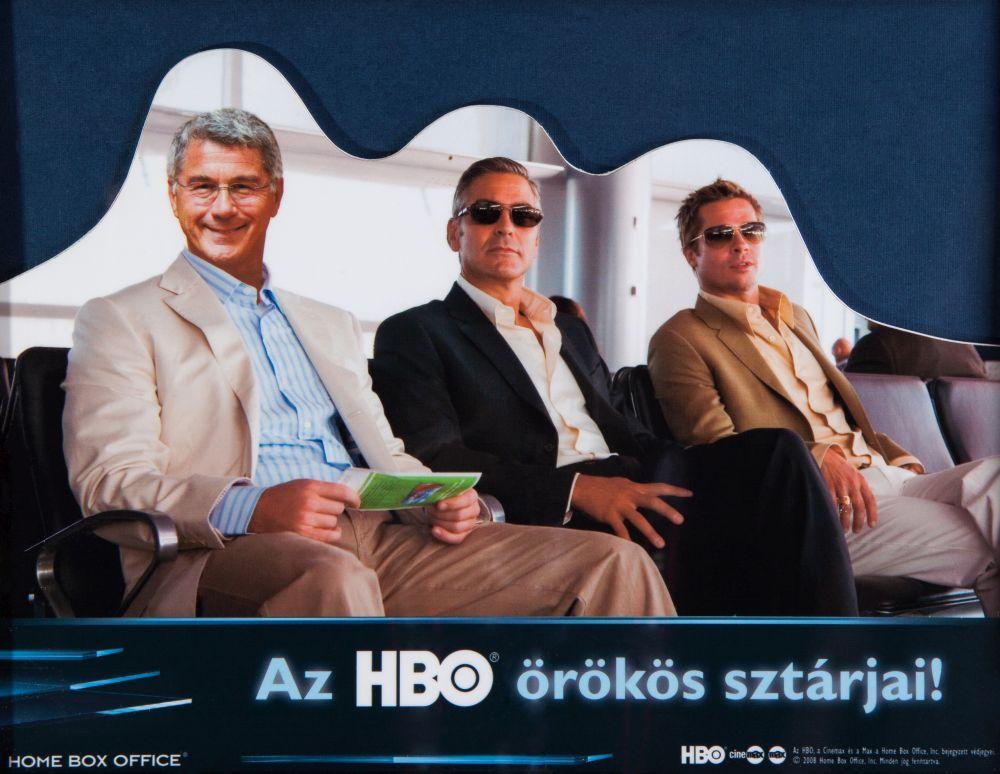 Georg Clooney és Brad Pitt társaságában egy fotómontázson. A kollégák karácsonyi ajándéka 2005-ben