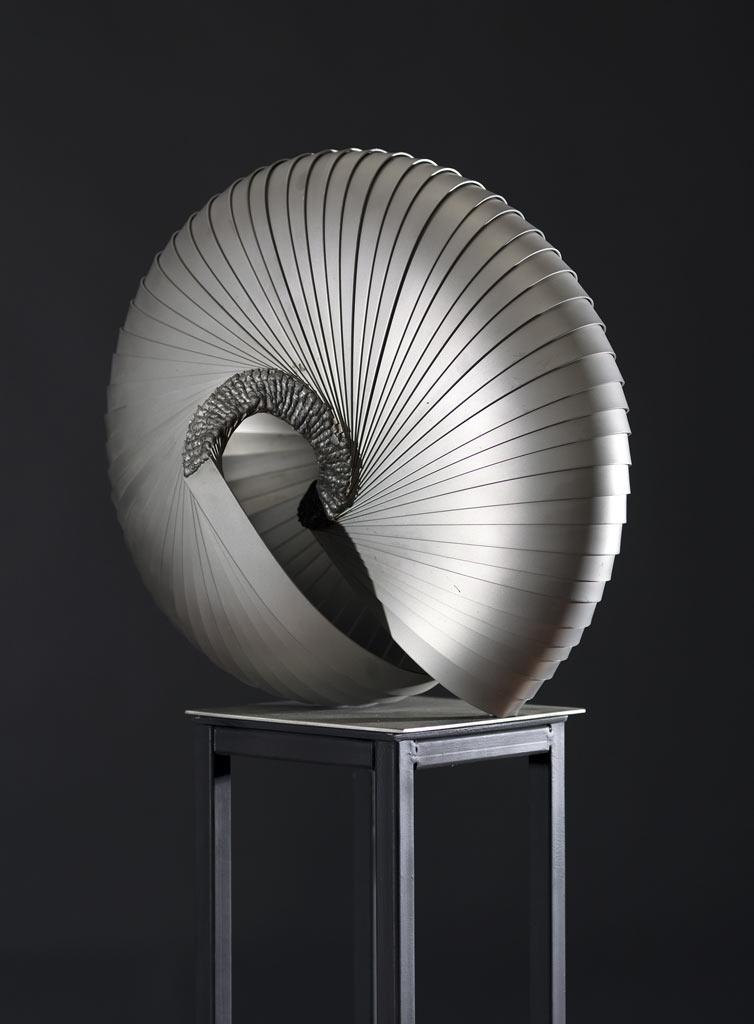 Rajcsok: Insider (166x42x24 cm, hegesztett, üveggyöngy fújt, kromacél, 2016)