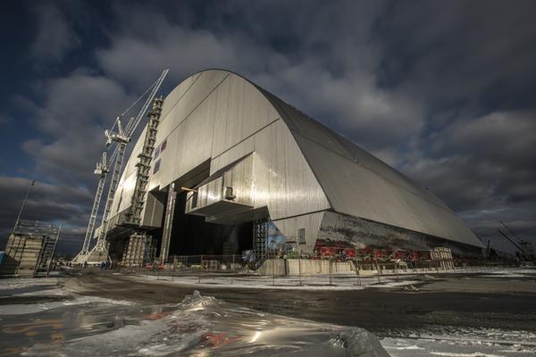 WA 4 Èernoby¾ - Novú oce¾ovú kupolu, ktorá spevní narýchlo vybudovaný betónový sarkofág pokrývajúci smutne známu jadrovú elektráreò v ukrajinskom meste Èernoby¾, zaèali v pondelok presúva na miesto. Akcia bude trva štyri dni, informovala tlaèová agentúra DPA. Práve v èernoby¾skej atómovej elektrárni na Ukrajine, vtedajšej sovietskej republike, došlo pred troma desaroèiami k najhoršej jadrovej katastrofe v dejinách ¾udstva. Na snímke nová oce¾ová kupola v ukrajinskom Èernobyle 14. novembra 2016. FOTO TASR /AP In this Monday, Nov. 14, 2016 photo an arch-shaped shelter, in Chernobyl, Ukraine. A gargantuan arch-shaped shelter has begun creeping toward the exploded Chernobyl nuclear reactor, in what represents a significant step toward liquidating the remains of the world's worst nuclear accident. (European Bank for Reconstruction and Development via AP)
