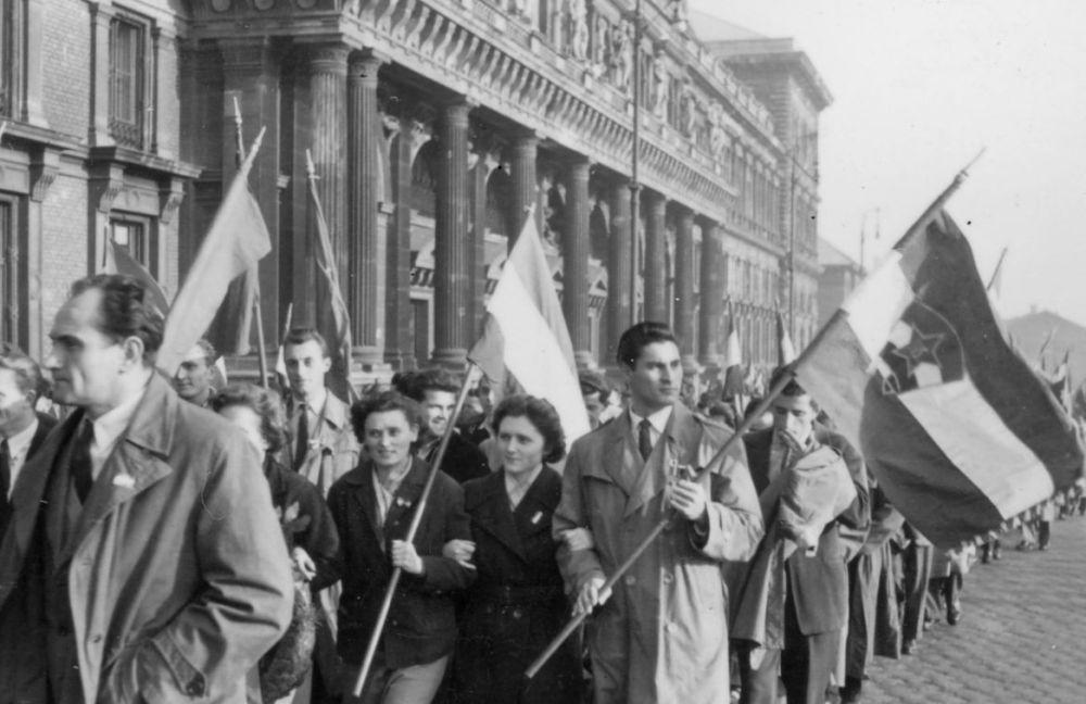 Az egyetemisták békés felvonulásával kezdődött (forrás: Fortepan)