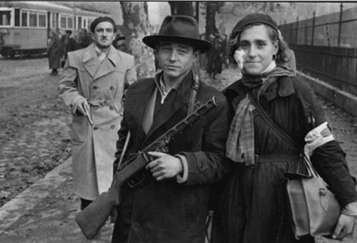 Az eredeti 1956-os fotó, az amerikai Russell Melcher képe, amely a Paris Matchban jelent meg