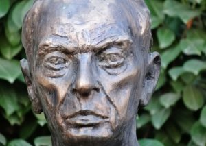 Koch Sándor szobra. Freund Éva alkotása