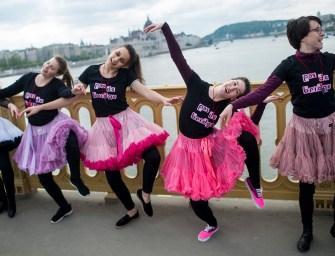 Több mint százharminc tütüs táncos forgott a Margit-hídon