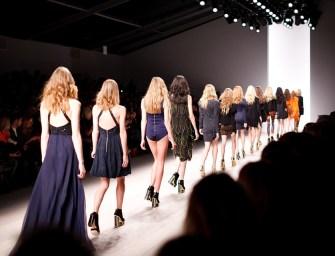 Fegyvert kaptak a nézők a divatbemutató előtt, hogy lövöldözzenek a modellekre