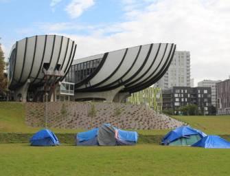 Felfüggesztették az oktatást: A diákok migránsokat költöztettek a campusra