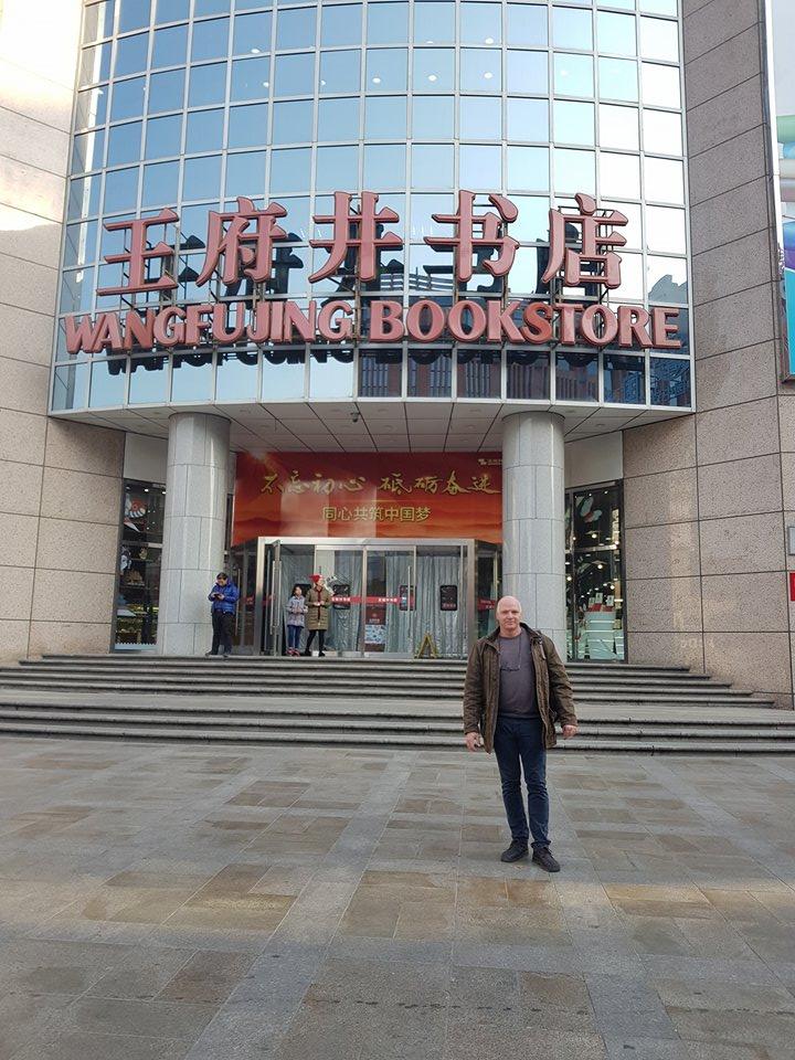 Egy kisebb könyvesbolt, alig öt emelet