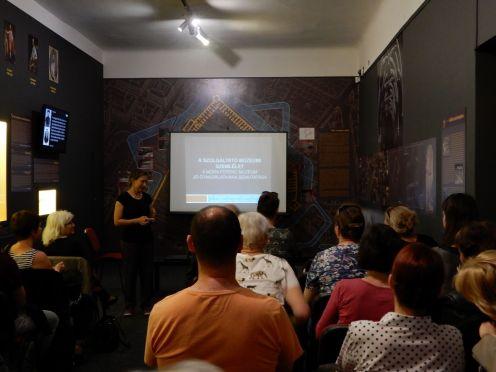Szatmári Csilla múzeumi koordinátor előadása a Fekete Házban. Fotó: Knob Alexandra