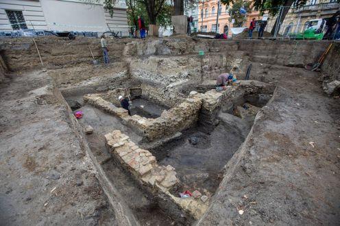 Szeged, 2020. október 1. Török kori tímármûhely maradványainak feltárásán dolgoznak a Móra Ferenc Múzeum munkatársai Szeged belvárosában 2020. október 1-jén. A mûhely az egykori szegedi vár falain belül mûködött. A vár területén 1999 óta folynak feltárások, de a környezõ park megújítása miatt végzett ásatás az elsõ, amikor olyan építmény került elõ, amelyrõl korábbról nem rendelkeztek adatokkal. MTI/Rosta Tibor