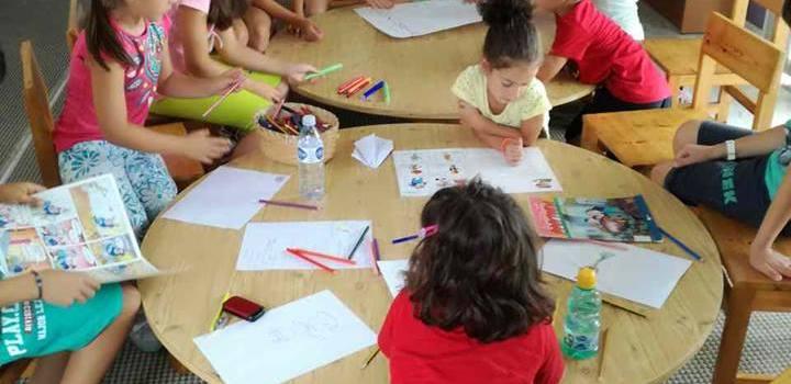 Από τη δράση που πραγματοποιήθηκε στην Παιδική Βιβλιοθήκη του Αγίου Λουκά και είχε ως θέμα «Ιστορίες από τη φρουτοπία του Ευγένιου Τριβιζά»