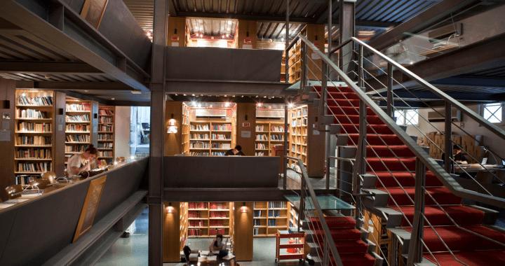 πανοραμική εικόνα της βιβλιοθήκης όπους φαίνεται η σκάλα και οι θέσεις ανάγνωσης