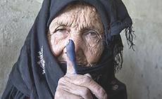 Donna afghana (foto di Paula Bronstein / Getty Images)