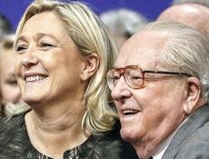 Marine Le Pen con il padre, Jean-Marie, che ha poi espulso dal Fn