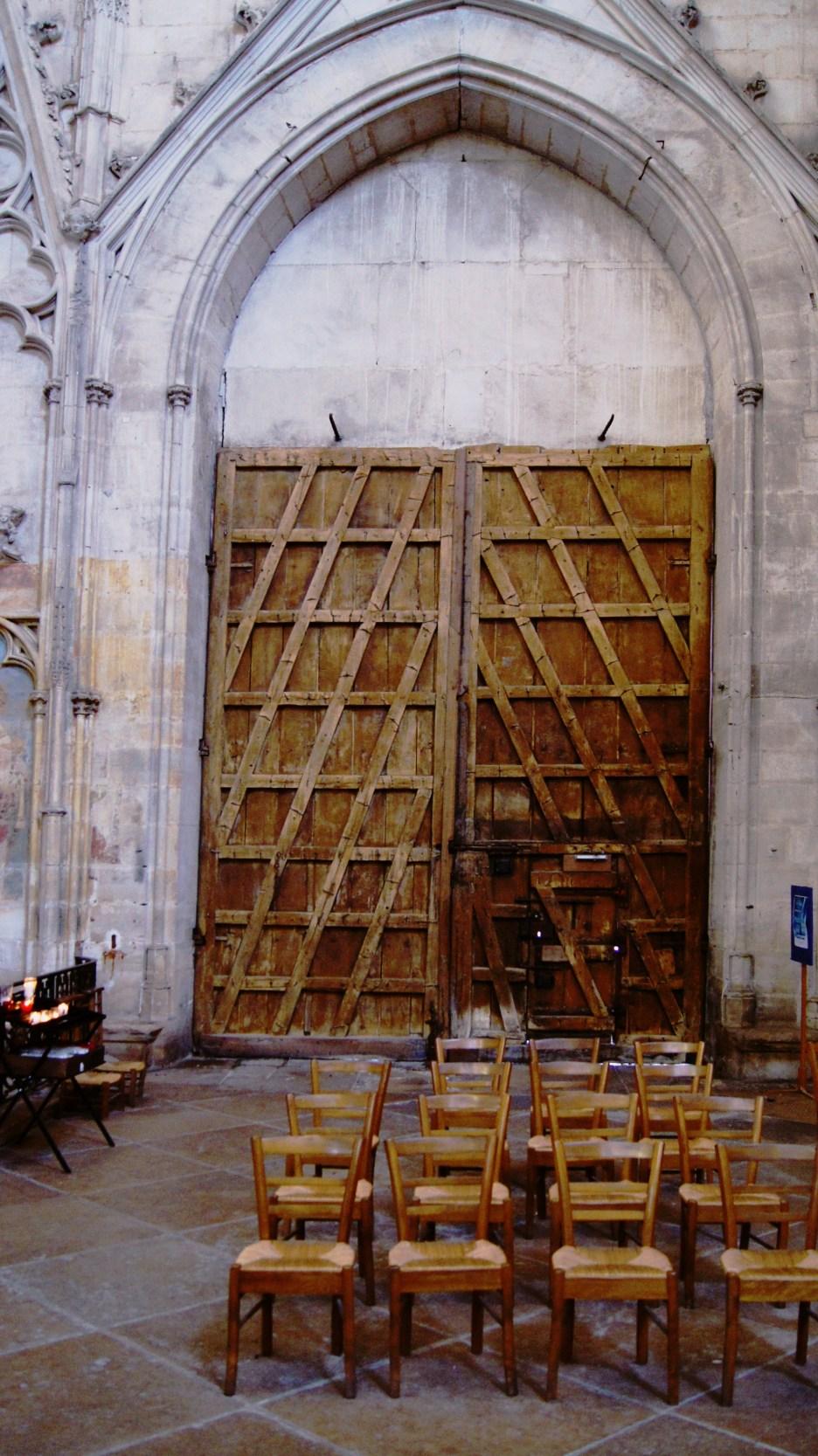 Auxerre Cathédrale St Etienne - Détail du travail du menuisier d'une porte latérale