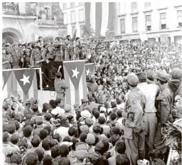 Dans cette photo de janvier 1959, Fidel Castro s'adresse à la foule dans un parc devant le palais présidentiel à La Havane après avoir conduit une armée rebelle à une victoire improbable sur la dictature Fulgencio Batista.
