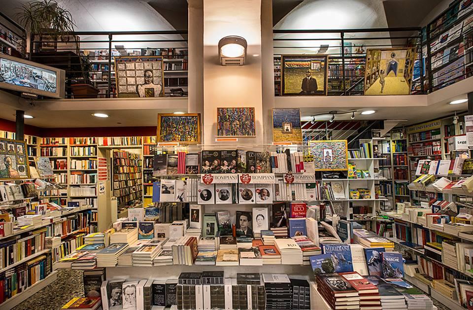 Immagine panoramica dell'interno della libreria