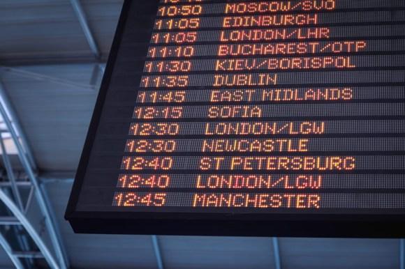 Pantalla mostrando diferentes destinos y horarios