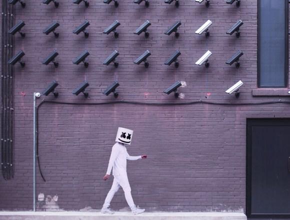 Persona con una careta vigilada por cámaras