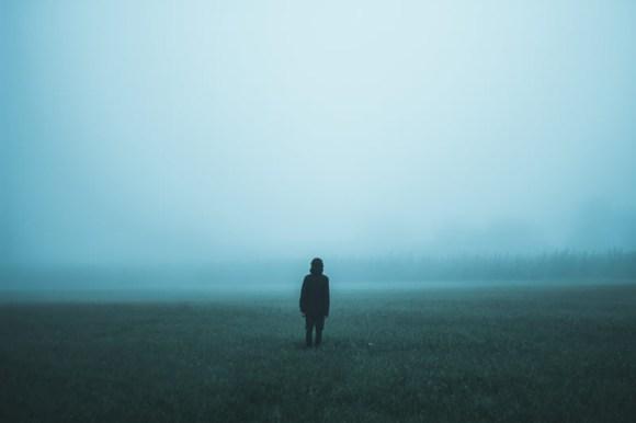 Persona desapareciendo en la niebla