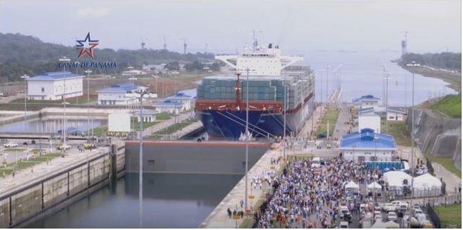 Cosco Shipping Panamá dentro de la nueva esclusa.