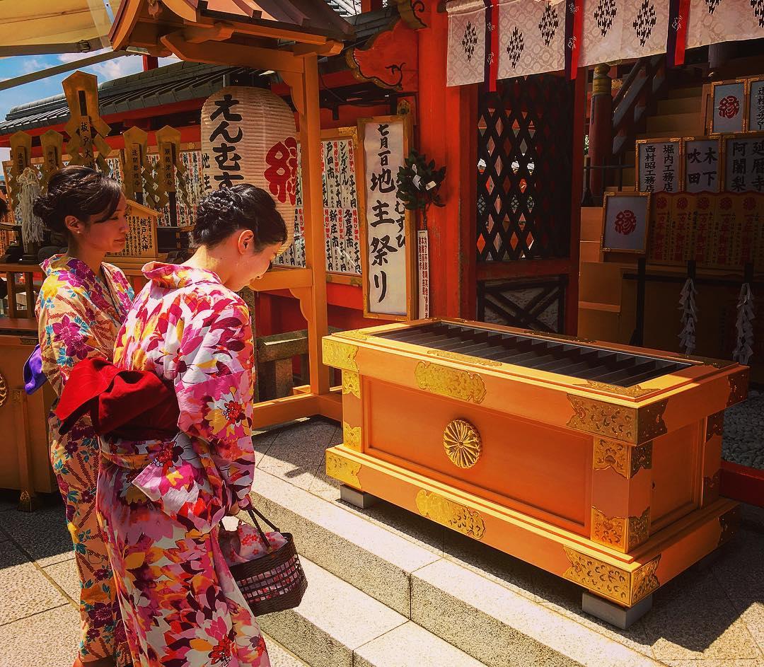 Kyoto, Japon. Le meuble en bois devant l'autel est un « saisen bako », une boîte à offrandes. Observez la partie supérieure, ouverte, avec des lamelles disposées en rangs parallèles dans la largeur.