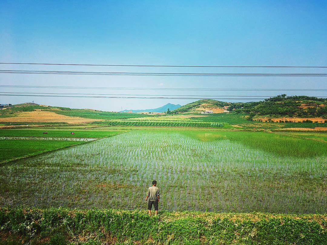 Corée du Nord. Vue depuis le train de la ville-frontière de Sunuiji à Pyongyang.
