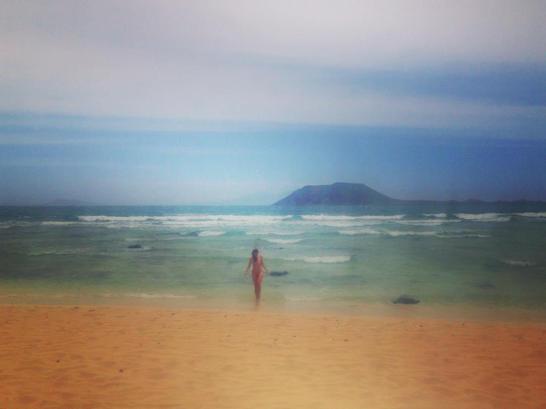 """Île de Fuerteventura, Îles Canaries, Royaume d'Espagne. En Espagne, il y a des gens nus sur des plages """"textiles"""", et des """"textiles"""" sur des plages principalement fréquentées par des nudistes, sans que quiconque ne s'en émeuve..."""