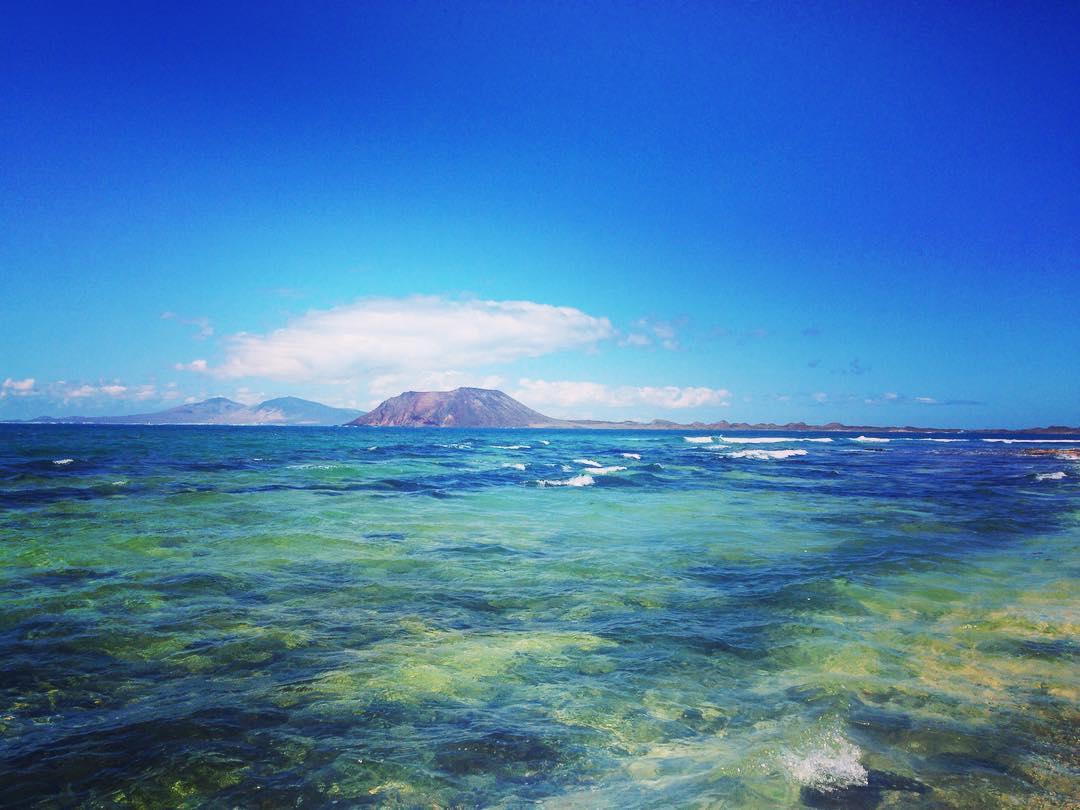 Île de Fuerteventura, Îles Canaries, Royaume d'Espagne. Depuis les Grandes plages du Parc naturel de Corralejo, vue sur les îles de Lobos et Lanzarote.