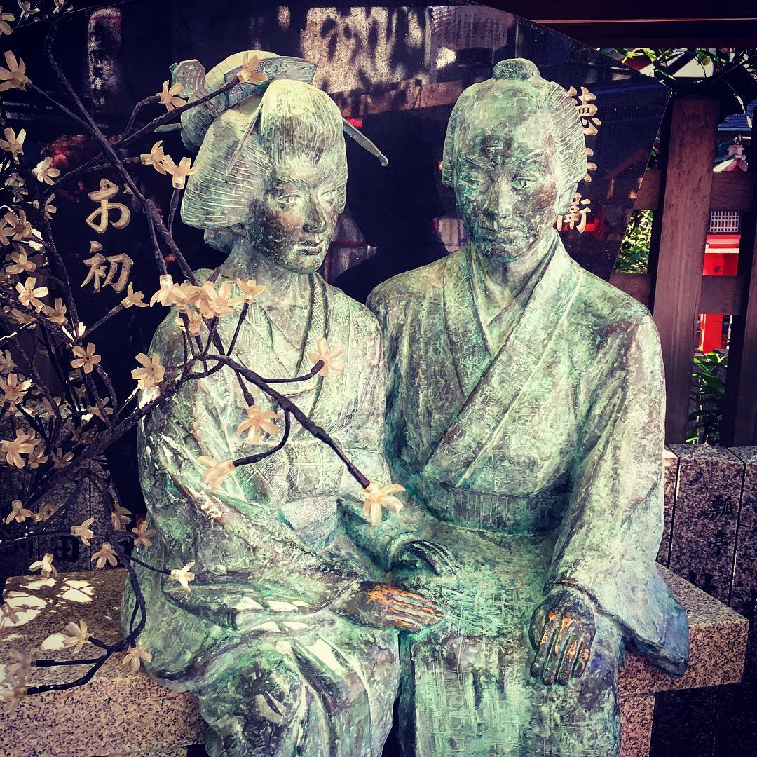 Osaka, Japon. Ohatsu et Tokubei dans le sanctuaire shinto de Sonezaki.