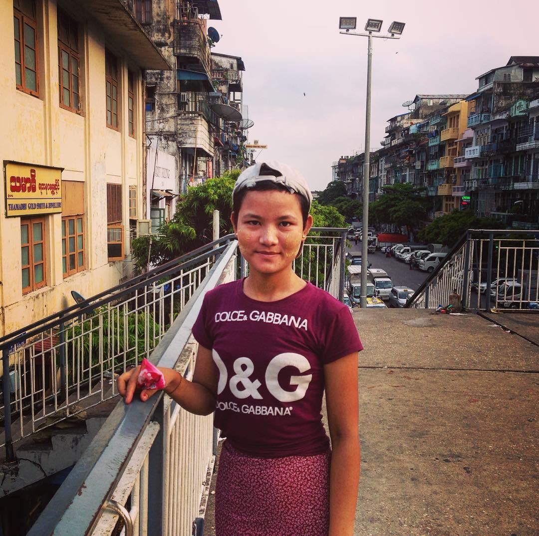 Rangoun, Birmanie. Jeune Birmane arborant du thanaka sur les joues.