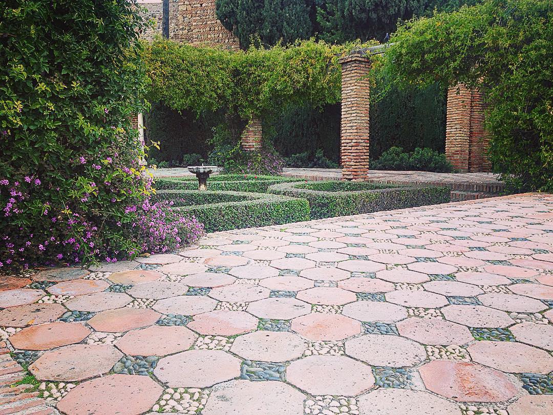 Malaga, Andalousie, Royaume d'Espagne. Dans l'Alcazaba. Tout est d'une discrète et paisible élégance.