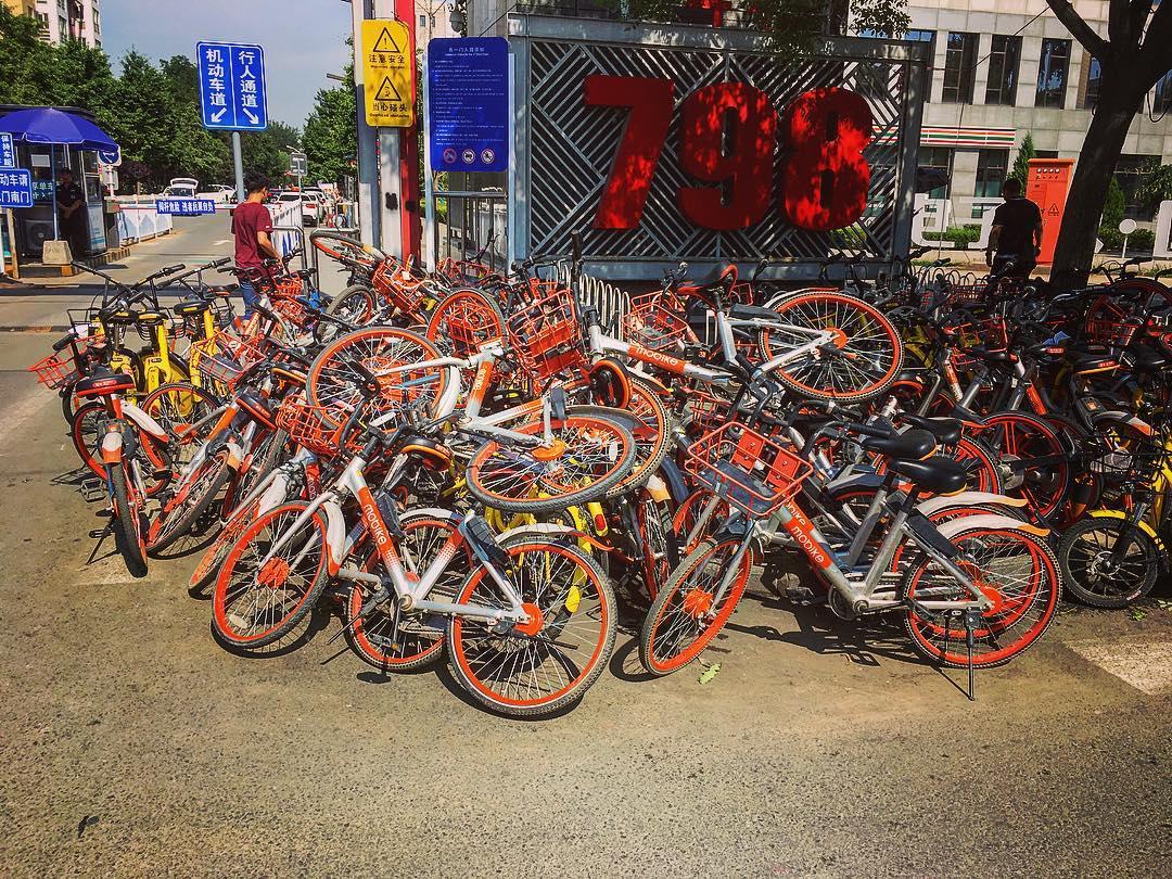 Pékin, Chine. Plusieurs compagnies se partagent le marché des vélos en location temporaire, les couleurs les distinguent : orange, vert, bleu, jaune.