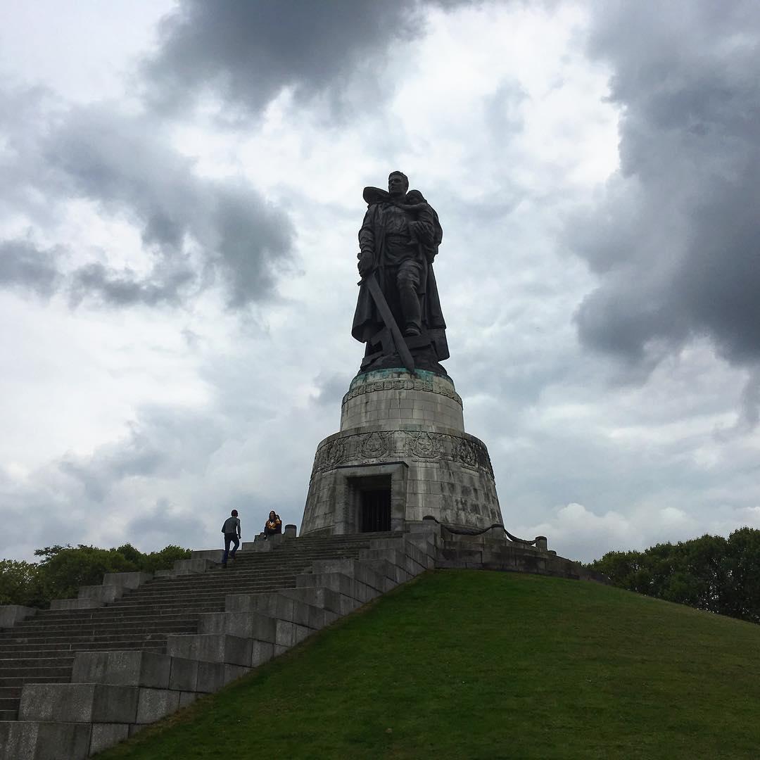 Berlin, Allemagne. Dans le parc Treptower, le Mémorial soviétique, et la statue du Soldat-Libérateur foulant aux pieds une croix gammée brisée et tenant dans ses bras un enfant figurant le peuple innocent.