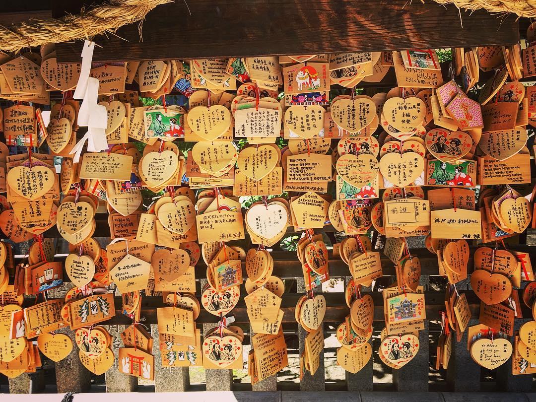 Osaka, Japon. Sanctuaire de Sonezaki. Plaques votives, ema, en forme de cœurs accrochées par les couples d'amoureux.