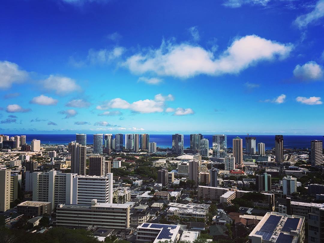 Honolulu, Île d'Oahu, Archipel d'Hawaii, États-Unis d'Amérique. Vue sur Honolulu depuis le Cimetière national du Pacifique.