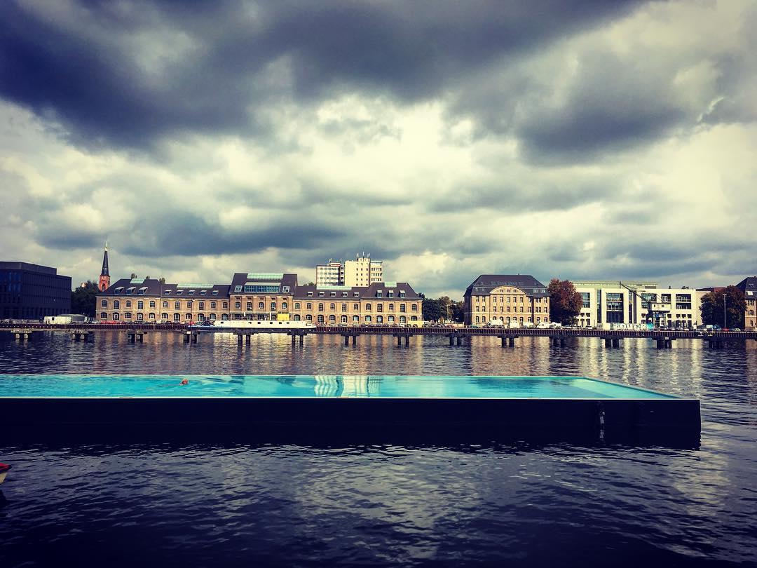 Berlin, Allemagne. Badeschiff, piscine flottante sur la Spree.