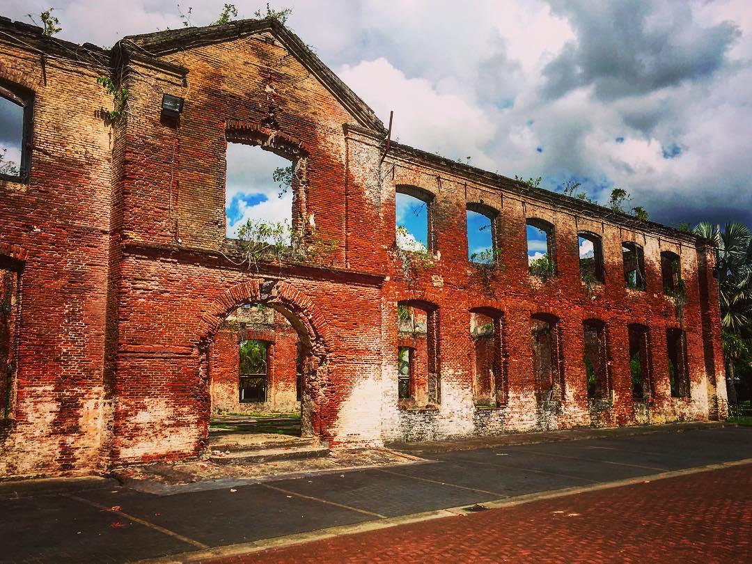 Paramaribo, Suriname. Les vaisseaux hollandais venant rapporter la production locale arrivaient presque à vide. Afin d'éviter d'accuser un trop faible tirant d'eau lors du voyage aller, les bateaux se chargeaient de briques en guise de lest, dont ils se défaisaient pour le retour. Les quelques vieux bâtiments de briques rouges de Paramaribo sont faits de ce lest abandonné.
