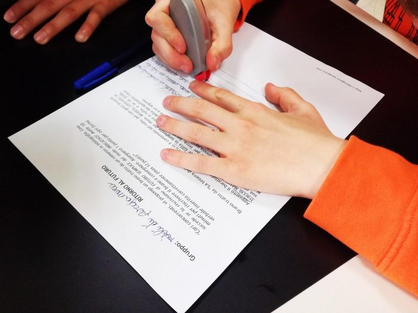mani che scrivono