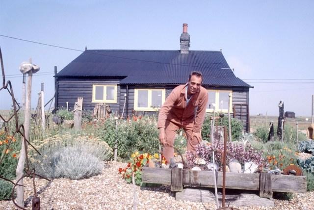 Derek Jarman nel suo giardino a Dungerness
