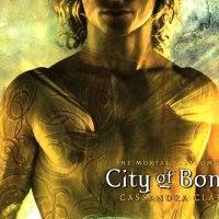 """Reseña: """"Cazadores de sombras: Ciudad de hueso"""" (""""The Mortal Instruments: City of Bones"""") de Cassandra Clare"""