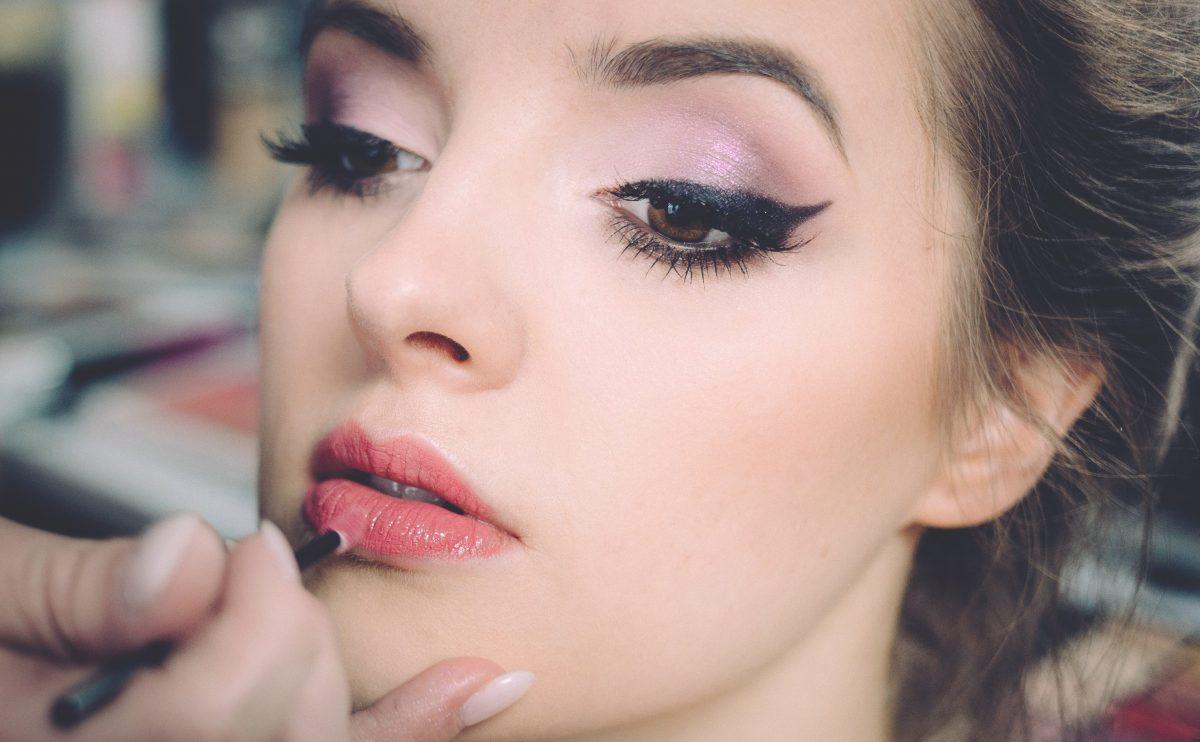 jonger of volwassener lijken met make-up