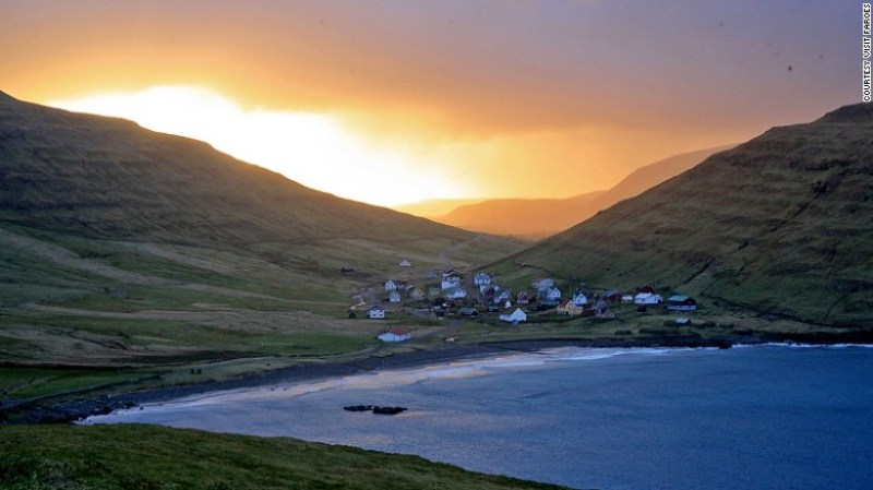 It is a cozy village on the east coast of Sandoy island that is home to the remnants of a 14th century farmhouse in the traditional style of the Faroe.
