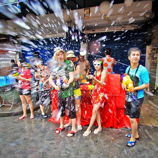 Kalau ikut meramaikan Festival Songkran di Thailand, kalian harus bersiap - siap basah!