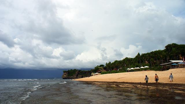 A sloping and elongated beach landscape is also suitable for relaxing.