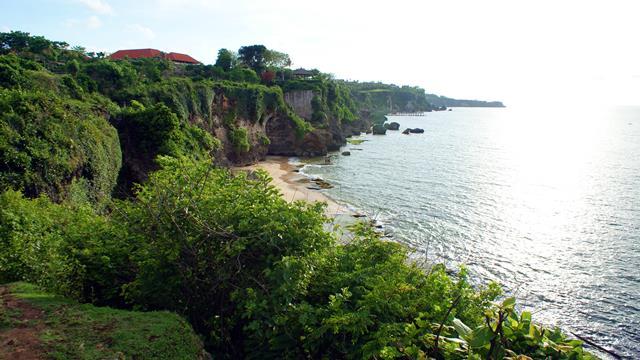 Lokasi Pantai Tegalwangi berada di dekat Ayana Resort.