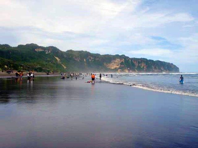 Berlibur di pantai ini adalah salah satu kegiatan menyenangkan di Yogyakarta.