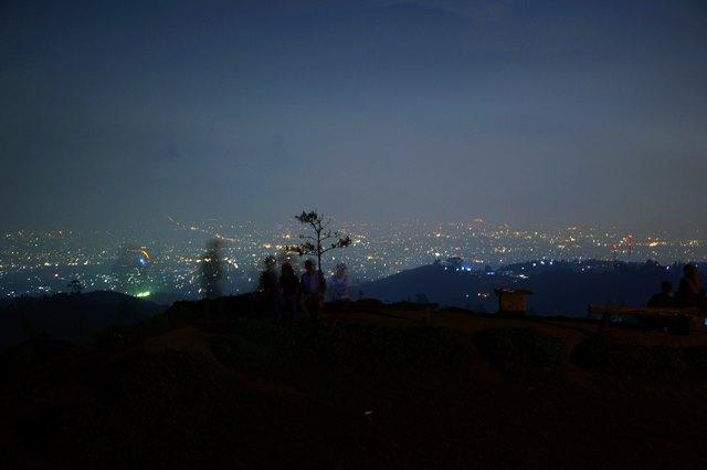 Bersantai bersama teman, melihat kerlap kerlip cahaya lampu Kota Bandung dari Bukit Moko.
